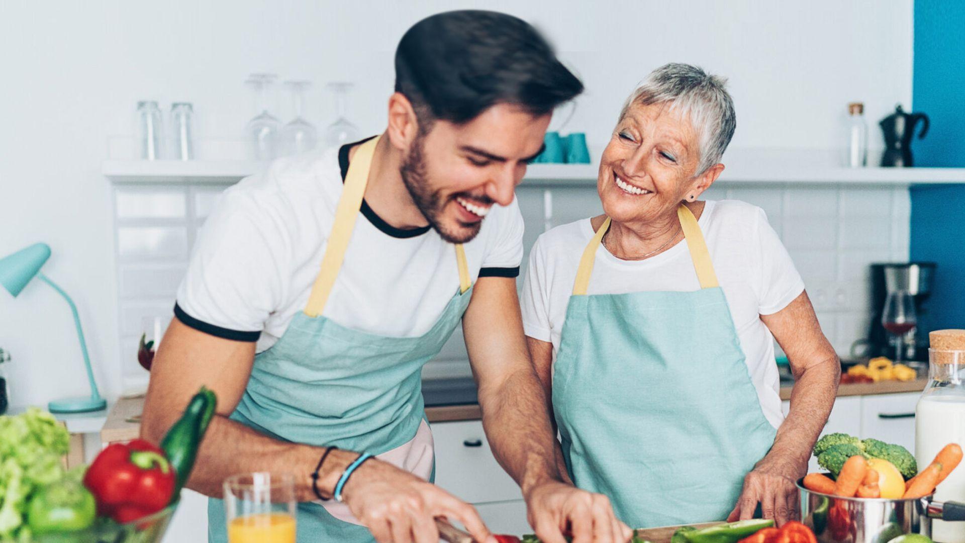 homme et maman sourire joyeux cuisine
